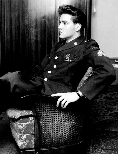 peerintothepast:  Elvis in uniform via theconstantbuzz.com