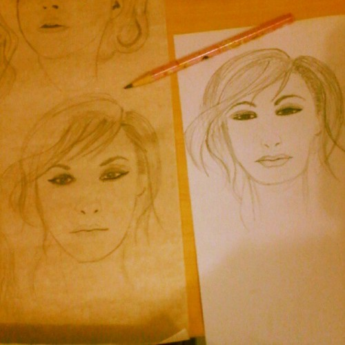 Hasil Trace (kiri). Hasil manual (kanan). Ga mirip. #fashion #ilustrasi #beautiful #task (at Dormitory Building C CND)