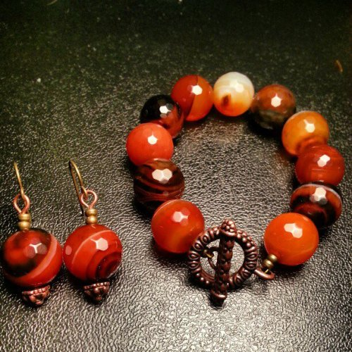 ‎14mm Red Banded Onyx bracelet & earring set. Copper toggle clasp on bracelet and copper accent on earrings.