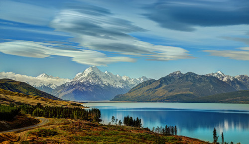 esteldin:  The Road to Mount Cook along Lake Pukaki by Stuck in Customs on Flickr.