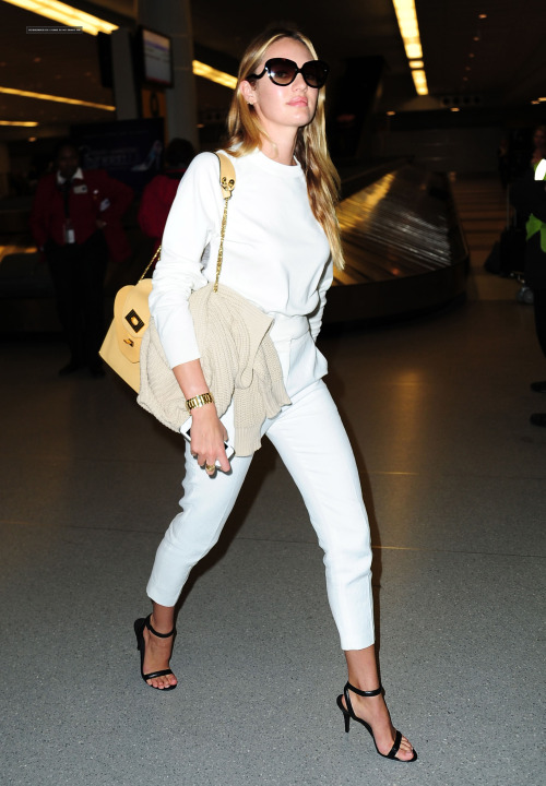 Inspiration du jour: #CandiceSwanepoel wearing all-white, head-to-toe, to perfection.View Post