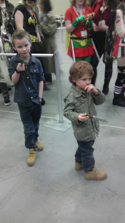 bobeestinger:  lowlyminion:     so these little kids were waiting in the line to get a photo op with Misha AND LOOK AT THEM AND TELL ME THEY AREN'T CUTE AND THAT THAT IS NOT THE BEST COSPLAY EVER  THE ONLY WAY MISHA WILL EVER BE TALLEST  i made two kids tumblr famous