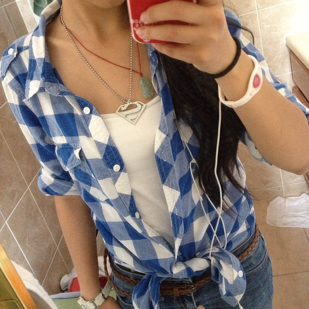 I'm bringing plaid back. #ootd #plaid #outfit #blue #blueplaid #jeans #skinnyjeans #belt #skinnybelt #superman #necklace #monday #mirrorpic #nofilter #powerbalance #casual