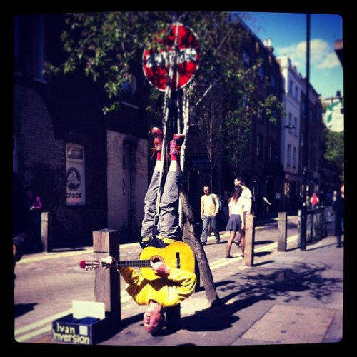 Just the usual going on in London, a man tied upside down playing the guitar. #coventgarden #london #bigsmoke #busk #guitar #tourist #kudos