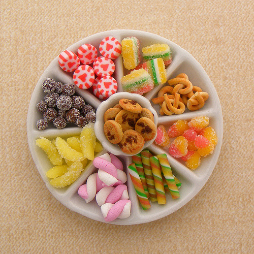 titancia:  Candy Platter (via Shay Aaron) These are miniatures, not the real thing!! I'm in awe—they look just like candy and I want to eat them!