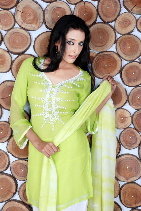 Shine Your Personality With Latest Pakistani Fashion @ www.dhanakfashions.com