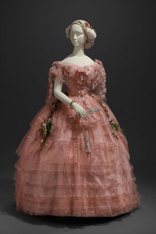 omgthatdress:  Ball Gown 1858 The Museum of Fine Arts, Boston
