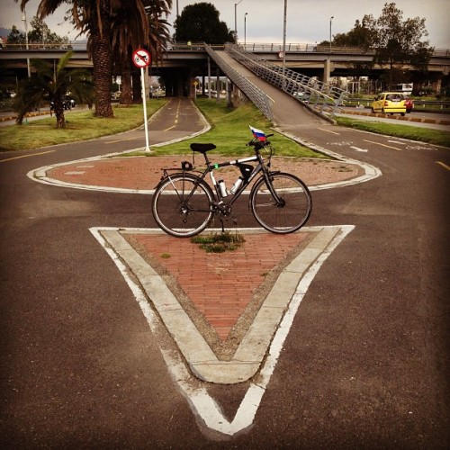 #letsbikeit_la #Amazing #bicycle #infrastructure and #beautiful Vladimir's #bicicleta, #Bogota, #Colombia.