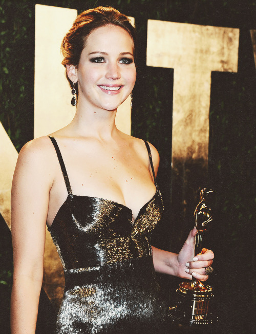 Jennifer Lawrence and her Academy Award at the Vanity Fair Oscar Party (Feb 24, 2013)