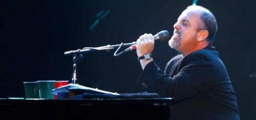 (via Video: Billy Joel will let you play his piano if you ask nice) I've never posted about Billy Joel on this blog before today, so why not make it two in a row. Billy Joel took a gamble recently after a Vanderbilt student asked to perform New York State of Mind with him on stage. Billy agreed, and the student ended up being quite good. WATCH HERE