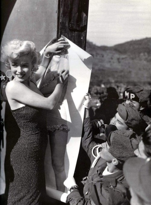 1954: Marilyn Monroe signs a poster of herself in Korea