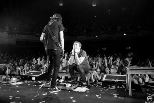 jackbemylostboy:  Vic singing to Rian.