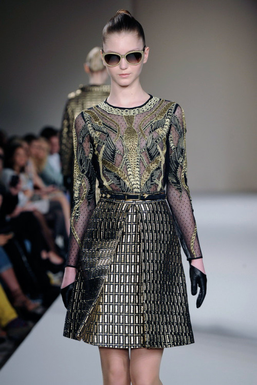 Black & Gold: another beautiful look from @TemperlyLondon #LFW
