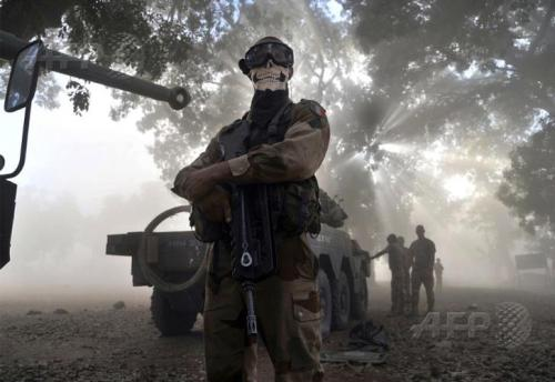 A French soldier stands next to a tank in a street in Niono in Mali, where France has intervened in a bid to wrestle back control of the north from Islamist militants. AFP PHOTO / ISSOUF SANOGO Mennyire badazz