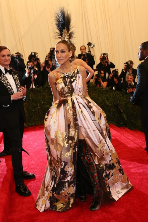 womensweardaily:    Sarah Jessica Parker in a Philip Tracey headpiece, Giles Deacon dress, and Louboutin boots.  Photo by Evan Falk