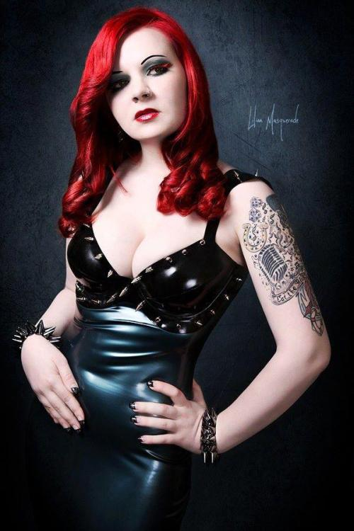 ilovegothgirls:  Latex Stunner Compliments to the photographer for this masterpiece of composition