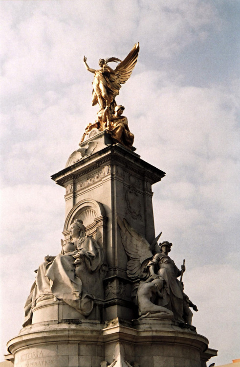 advocateur:  Victoria monument, London