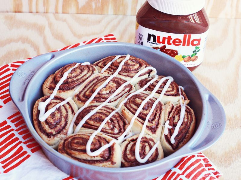 Nutella Cinnamon Rolls | A Beautiful Mess Hands up if you love nutella! Hands up if you love cinnamon rolls! Ok everyone, put your hands down. Here is the recipe for you - a combination of these two amazing delicacies in one. Imagine these straight out of the oven… mmm. Time to get baking!