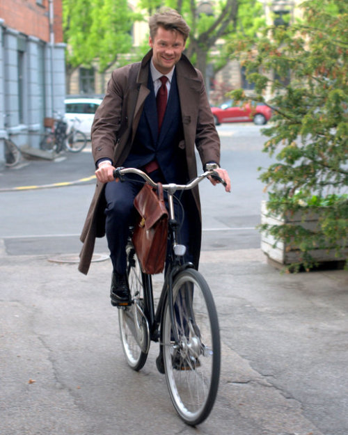 thisfits:  Dapper Copenhagen Lawyer on a Bicycle (via Journal of Style)  Stylish Rider.