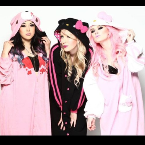 #kigurumi time!! 😸 I'm so sad @theashley_rose and @thecathasaurus flew back to Colorado today 😥 I miss them so much…. But in so grateful they came all the way out to California to visit me in Dracula's castle. I can't wait to see them again! Thanks @gregoriophotography for shooting us!