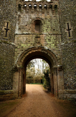 bluepueblo:  Medieval, Castle Gate, Bennington, England photo by nickistock