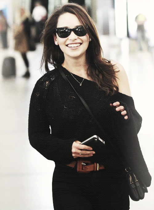 stark-queen:  Emilia Clarke arriving at LAX Airport in Los Angeles (18/12/12)