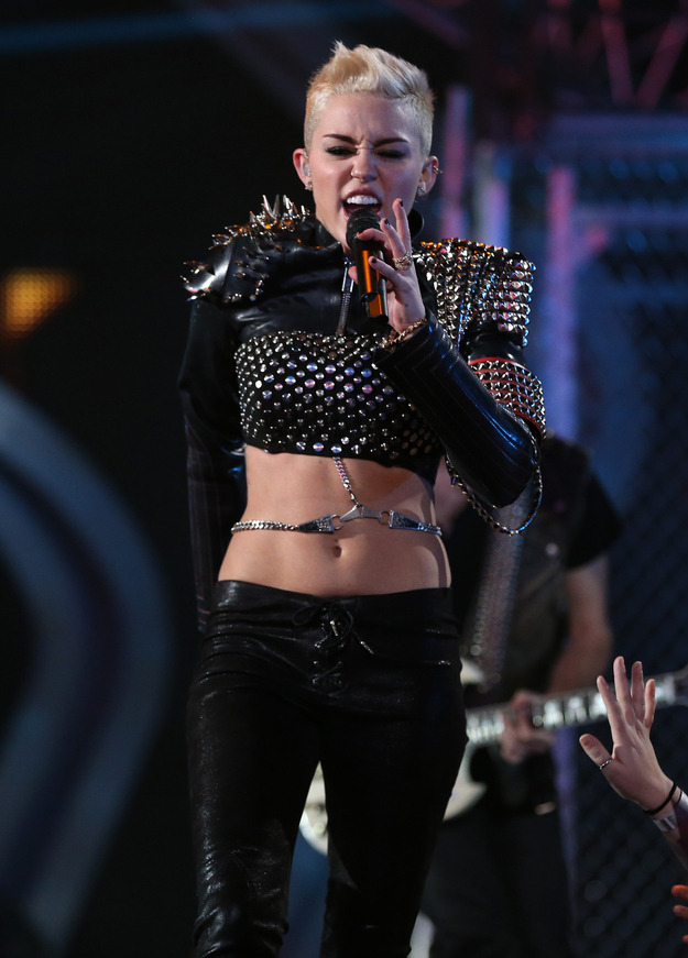 Miley Cyrus performs at Vh1 Divas: fab or drab?