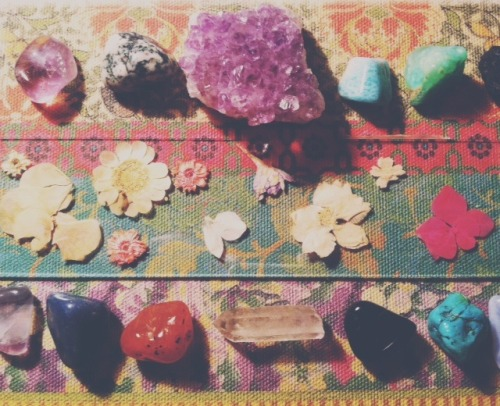 freespiritgypsydesigns:  Pressed flowers & crystals.