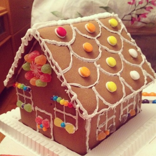We made a gingerbread house! :D @kotojack