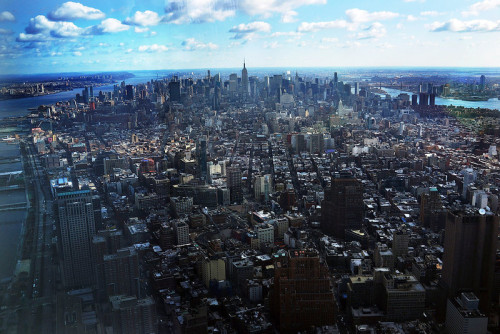 fotojournalismus:  Manhattan is seen from One World Observatory from the 100th floor of One World Trade Center at the Ground Zero site on April 2, 2013 in New York City. [Credit : Spencer Platt/Getty Images]