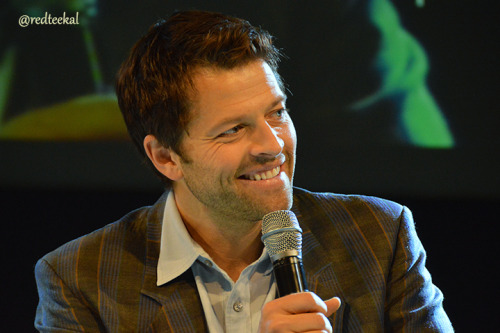 redteekal:  #jibcon From time to time @mishacollins reminds us that his eyes are very blue & he is capable of a beguiling smile.
