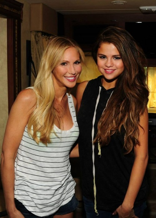 A new rare of Selena with a fan.