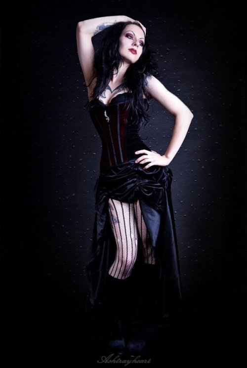 ilovegothgirls:  Posed but excellent!