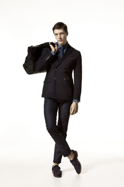 Massimo Dutti gives us some ideas for dressing as a gentleman. It's good to dress dark from time to time, it makes people focus more on your face and is still very elegant. A black double-breasted coat with a blue tie and shirt, matched with dark chinos and a pair of dark blue bluchers. Just great.