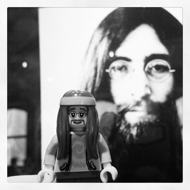 Kindred Spirits #LEGO #minifig #Lennon #Beatles #HardRockCafeOslo #HardRockCafe (at Hard Rock Cafe Oslo)