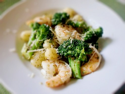 pesto gnocchi with shrimp and broccoli: recipe here
