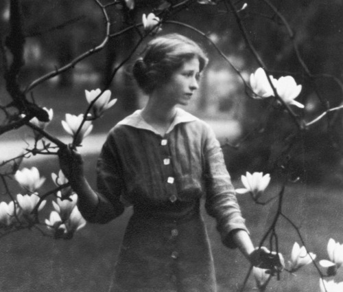 funeral-wreaths:  Portrait of Edna St. Vincent Millay by Arnold Genthe, c. 1914