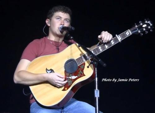 jamie-doo94:  The way Scotty holds his guitar»» (NOT my photo.)
