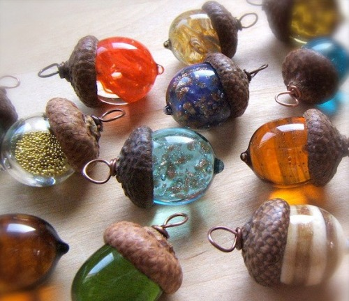 bag-in-a-shield:  roshi-no-tabi:  sosuperawesome:  Glass acorn necklaces by BullseyeBeads  Ahhhh so cool!  !!!!!