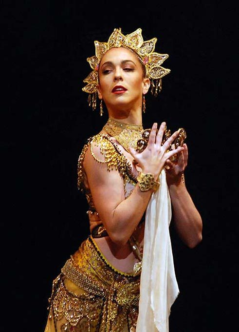 Laura Morera as Gamzatti in La Bayadere