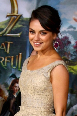 yelyahwilliams:  hellogiggles:  MILA KUNIS HELPS OUT A SCARED REPORTER ON HER OWN INTERVIEW by Parry Ernsberger http://bit.ly/Xqyzzo  gorgeous soul that mila kunis  One of the most interesting interview I have watched in a long time.
