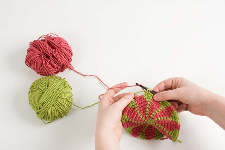 Preventing the Twist: Working with Two Colors Toni from Crochet Me shares a lovely and clear tutorial crocheting with two colours.  Here, Toni is working the Lotus Circle motif from the Harmony Guides: Crochet Stitch Motifs.