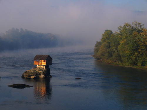 cabinporn:  Dwelling on the Drina River near the town of Bajina Basta, Serbia. Photograph by Uros Petrovic.