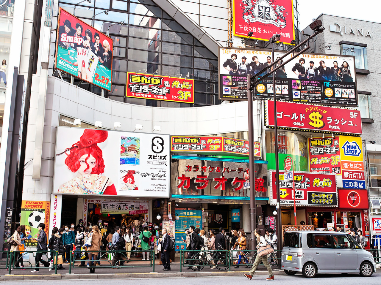 "Kyary ""Ninja ri Bang Bang"" billboard on the front of Spinns Harajuku."