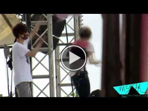 achel5189odgins2:  130119 Luhan  Lay - Dream Kpop Fantasy Concert Rehearsal - Two Moons Credit: megiyah[Take out with full credit]