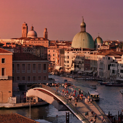 breathtakingdestinations:  A rich and rosy sunset over Venezia (von B℮n)
