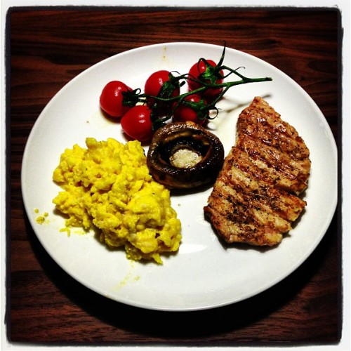 Dinner! Grilled Tuna, Scrambled Eggs and Roasted Tomates and Giant Mushroom. #nomnomnom #food #health (at Tarek's Flat)