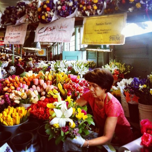 Flowers EVERYWHERE at the market in Seattle, so beautiful!