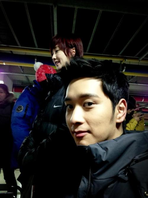 "130126 @jihyunkim - Today, the Do-Mi couple came for an action scene filming. I called out ""Doha-ya!"" and he looked back ""Oho?"" @2PMagreement211 pic.twitter.com/kjwZQZw4@2PMagreement211 kekeke Why do I look like I stick out keke[T/N: Do-Mi refers to Doha & Sunmi. Shin Sunmi, played by Kim Min Seo, is Chansung's second loveline in the drama]"