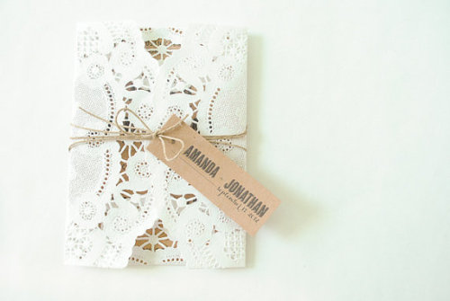 Love the combination of kraft paper & doilie!